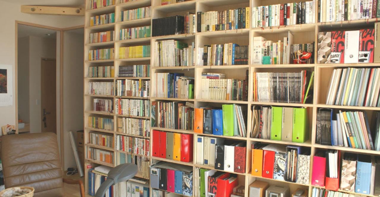 大きな書庫と書斎のある家