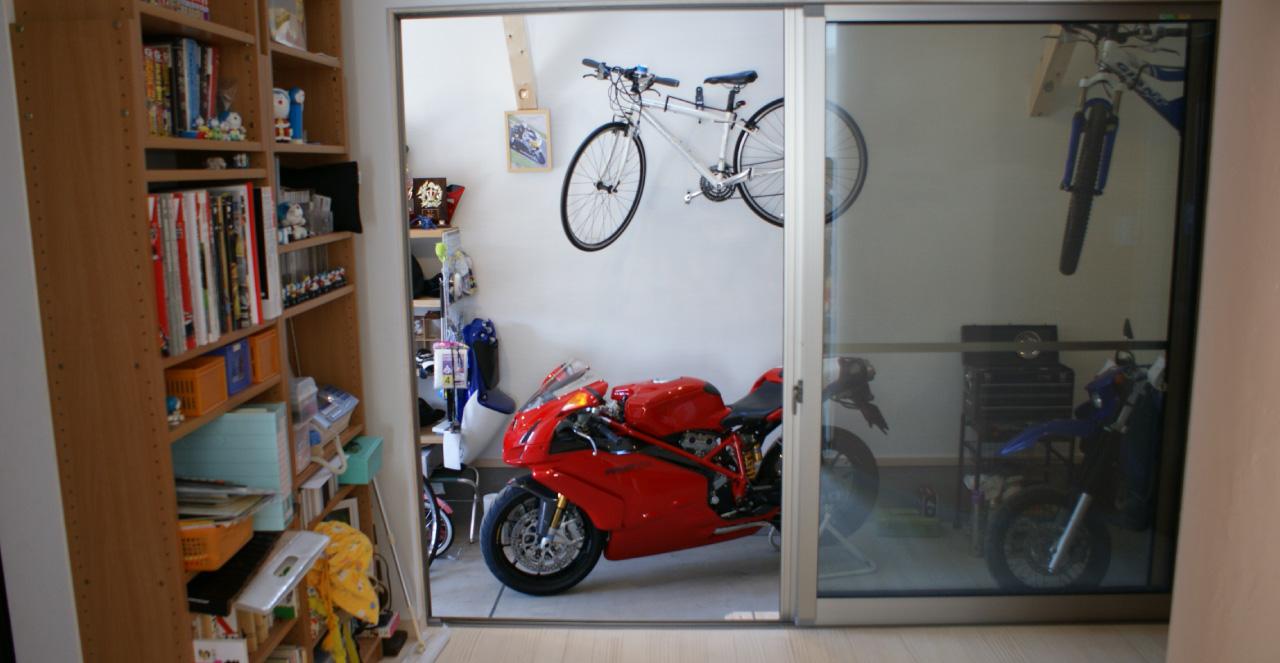 自転車とバイクと共に暮らす家